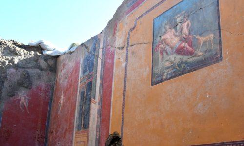 Pompei: riaffiora l'affresco di Narciso che si specchia nell'acqua